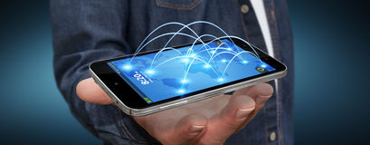 Νεαρός άνδρας που χρησιμοποιεί το σύγχρονο κινητό τηλέφωνο Στοκ εικόνα με δικαίωμα ελεύθερης χρήσης