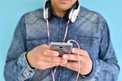 Νεαρός άνδρας που χρησιμοποιεί Smartphone Στοκ Εικόνες