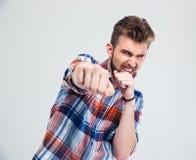0 νεαρός άνδρας που χτυπά στη κάμερα Στοκ εικόνες με δικαίωμα ελεύθερης χρήσης