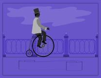 Νεαρός άνδρας σε ένα αναδρομικό ποδήλατο Στοκ Φωτογραφία