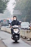 Νεαρός άνδρας σε ένα μηχανικό δίκυκλο με το στόμα ΚΑΠ, Πεκίνο, Κίνα Στοκ εικόνα με δικαίωμα ελεύθερης χρήσης