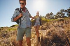 Νεαρός άνδρας σε ένα ταξίδι πεζοπορίας με τη φίλη του Στοκ φωτογραφία με δικαίωμα ελεύθερης χρήσης