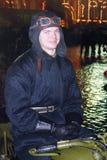 Νεαρός άνδρας στα εκλεκτής ποιότητας στρατιωτικά ενδύματα στην κόκκινη πλατεία στη Μόσχα Στοκ Φωτογραφίες