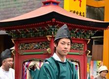 Νεαρός άνδρας στην επίσημη ενδυμασία ιερέων Shinto στοκ εικόνες