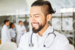 Νεαρός άνδρας στην ιατρική μαθητεία Στοκ Φωτογραφίες