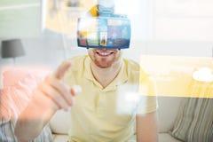 Νεαρός άνδρας στην κάσκα εικονικής πραγματικότητας ή τα τρισδιάστατα γυαλιά στοκ εικόνες