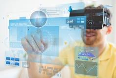 Νεαρός άνδρας στην κάσκα εικονικής πραγματικότητας ή τα τρισδιάστατα γυαλιά Στοκ εικόνα με δικαίωμα ελεύθερης χρήσης