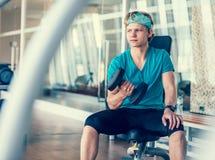 Νεαρός άνδρας στην κατάρτιση αιθουσών γυμναστικής με τον αλτήρα Στοκ φωτογραφίες με δικαίωμα ελεύθερης χρήσης