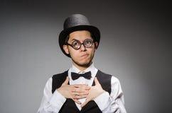 Νεαρός άνδρας στην κλασσική μαύρη φανέλλα και καπέλο ενάντια στοκ εικόνες