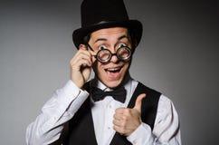 Νεαρός άνδρας στην κλασσική μαύρη φανέλλα και καπέλο ενάντια στοκ φωτογραφία με δικαίωμα ελεύθερης χρήσης