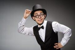 Νεαρός άνδρας στην κλασσική μαύρη φανέλλα και καπέλο ενάντια στοκ φωτογραφίες με δικαίωμα ελεύθερης χρήσης