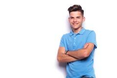 Νεαρός άνδρας στην μπλε τοποθέτηση πουκάμισων πόλο στο άσπρο στούντιο Στοκ Εικόνες