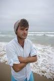 Νεαρός άνδρας στην παραλία με beeny στο κεφάλι Στοκ εικόνες με δικαίωμα ελεύθερης χρήσης