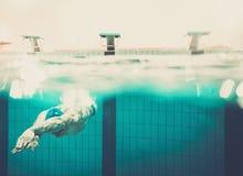 Νεαρός άνδρας στην πισίνα στοκ εικόνα με δικαίωμα ελεύθερης χρήσης