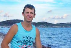 Νεαρός άνδρας στην προκυμαία Στοκ εικόνες με δικαίωμα ελεύθερης χρήσης