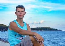 Νεαρός άνδρας στην προκυμαία Στοκ φωτογραφία με δικαίωμα ελεύθερης χρήσης