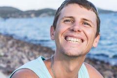 Νεαρός άνδρας στην προκυμαία Στοκ εικόνα με δικαίωμα ελεύθερης χρήσης