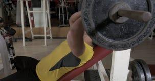 Νεαρός άνδρας στη γυμναστική που κάνει το θωρακικό Τύπο άσκησης με τη ράβδο απόθεμα βίντεο