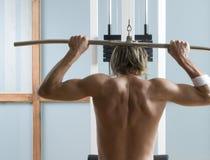 Νεαρός άνδρας στη γυμναστική Στοκ φωτογραφίες με δικαίωμα ελεύθερης χρήσης