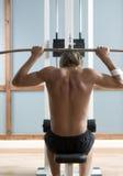 Νεαρός άνδρας στη γυμναστική Στοκ φωτογραφία με δικαίωμα ελεύθερης χρήσης