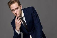 Νεαρός άνδρας στη μπλε ζακέτα Στοκ εικόνες με δικαίωμα ελεύθερης χρήσης