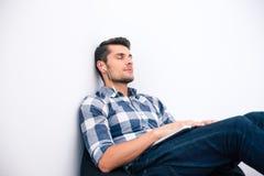 Νεαρός άνδρας στον περιστασιακό ύπνο υφασμάτων στην καρέκλα τσαντών Στοκ εικόνες με δικαίωμα ελεύθερης χρήσης