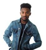 Νεαρός άνδρας στο άσπρο σακάκι τζιν παντελόνι στούντιο υποβάθρου Στοκ Εικόνες