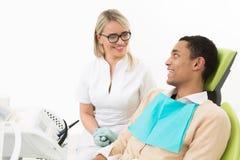 Νεαρός άνδρας στο γραφείο του οδοντιάτρου Στοκ Εικόνες