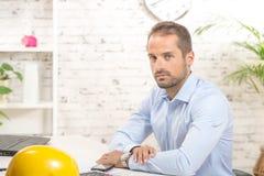 Νεαρός άνδρας στο γραφείο του Στοκ φωτογραφία με δικαίωμα ελεύθερης χρήσης