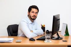Νεαρός άνδρας στο γραφείο του Στοκ Εικόνα