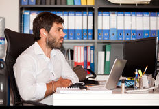 Νεαρός άνδρας στο γραφείο στοκ εικόνα