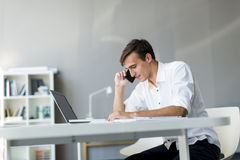Νεαρός άνδρας στο γραφείο Στοκ εικόνες με δικαίωμα ελεύθερης χρήσης
