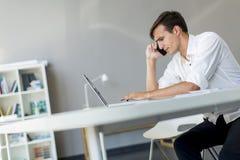 Νεαρός άνδρας στο γραφείο Στοκ Φωτογραφία