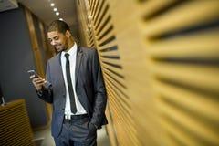 Νεαρός άνδρας στο γραφείο Στοκ φωτογραφία με δικαίωμα ελεύθερης χρήσης