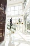 Νεαρός άνδρας στο γραφείο Στοκ εικόνα με δικαίωμα ελεύθερης χρήσης