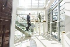 Νεαρός άνδρας στο γραφείο Στοκ Εικόνες