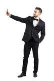 Νεαρός άνδρας στο κοστούμι με το δεσμό τόξων που παίρνει selfie με το κινητό τηλέφωνο Στοκ Εικόνες
