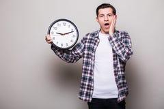 Νεαρός άνδρας στο κοστούμι με το ρολόι στη δεσποινίδα χεριών κάτι Στοκ εικόνα με δικαίωμα ελεύθερης χρήσης