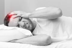 0 νεαρός άνδρας στο κρεβάτι με τον πονοκέφαλο Στοκ φωτογραφίες με δικαίωμα ελεύθερης χρήσης