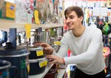 Νεαρός άνδρας στο οικιακό κατάστημα Στοκ Φωτογραφίες