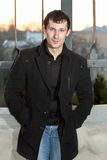 Νεαρός άνδρας στο παλτό Στοκ Εικόνες