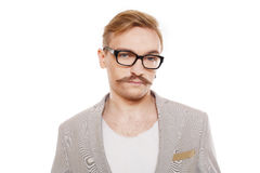 Νεαρός άνδρας στο πορτρέτο γυαλιών που απομονώνεται στο λευκό Στοκ φωτογραφία με δικαίωμα ελεύθερης χρήσης