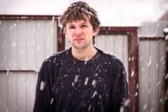 Νεαρός άνδρας στο πουλόβερ με Snowflakes που στέκονται τον υπαίθριο χειμώνα Στοκ εικόνα με δικαίωμα ελεύθερης χρήσης