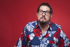 0 νεαρός άνδρας στο της Χαβάης πουκάμισο με πρωταγωνιστή στη κάμερα Στοκ φωτογραφία με δικαίωμα ελεύθερης χρήσης