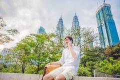 Νεαρός άνδρας στο τηλέφωνο Ντύνοντας σε ένα άσπρο πουκάμισο, μπεζ σορτς Ο νέος όμορφος επιχειρηματίας στα περιστασιακά ενδύματα κ Στοκ Εικόνες