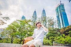Νεαρός άνδρας στο τηλέφωνο Ντύνοντας σε ένα άσπρο πουκάμισο, μπεζ σορτς Ο νέος όμορφος επιχειρηματίας στα περιστασιακά ενδύματα κ Στοκ Εικόνα