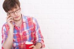 Νεαρός άνδρας στο τηλέφωνο Στοκ φωτογραφίες με δικαίωμα ελεύθερης χρήσης