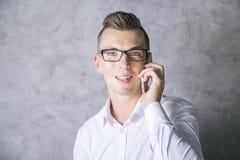Νεαρός άνδρας στο τηλέφωνο Στοκ Εικόνες
