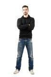 Νεαρός άνδρας στο hoodie με τα διασχισμένα όπλα που εξετάζει τη κάμερα Στοκ φωτογραφίες με δικαίωμα ελεύθερης χρήσης