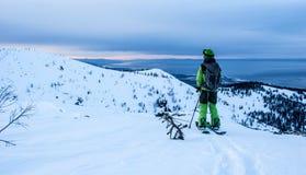 Νεαρός άνδρας στο splitboard Στοκ φωτογραφία με δικαίωμα ελεύθερης χρήσης